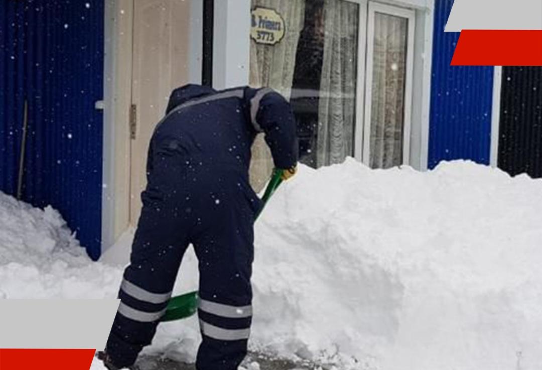 Limpieza y despeje de nieve en las veredas de adultos mayores