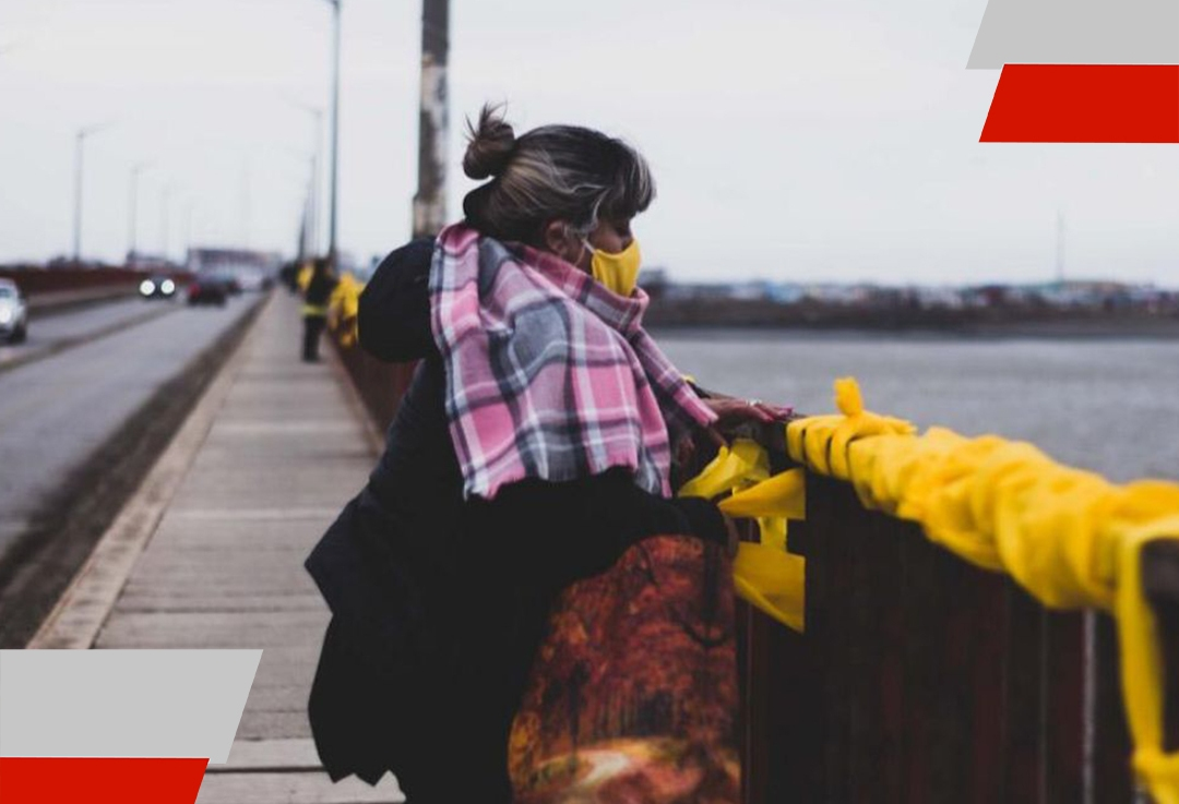 Las madres de pañuelos amarillos denuncian que el municipio quitó los pañuelos de los espaciospúblicos