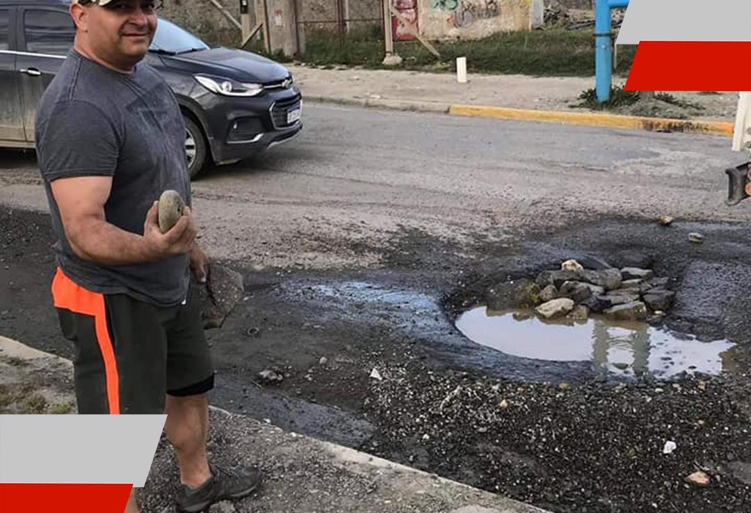 Vecino en Ushuaia arregla bache y las imágenes seviralizan